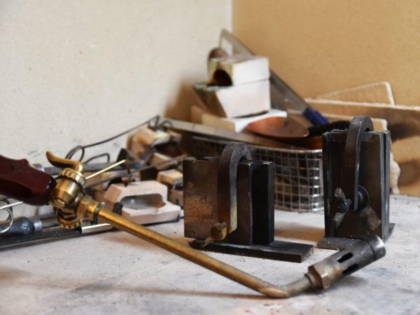 Utensilien zum Recyclen von altem Gold, Goldschmiede-Werkstatt, Upcycling