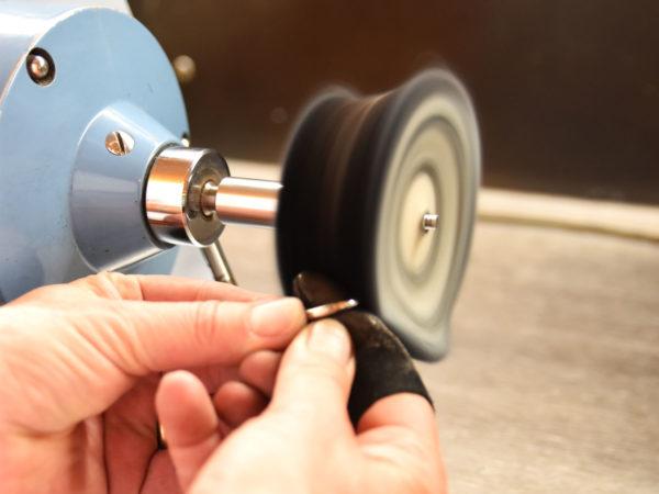 Goldschmiede-Handwerk beim Polieren eines Rings
