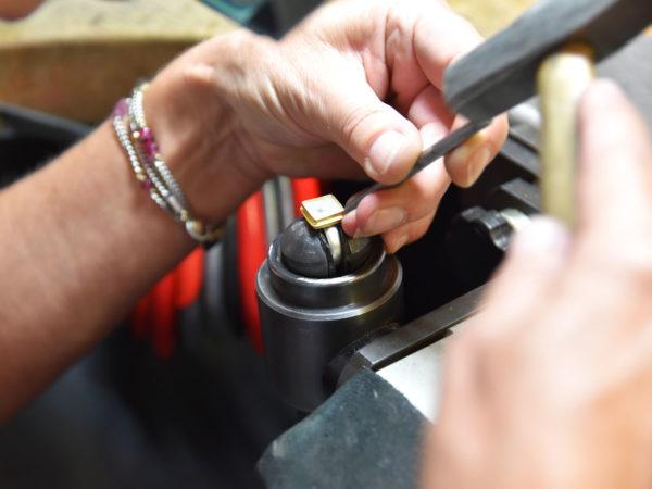 Goldschmiede-Handwerk beim Fassen eines Edelsteins