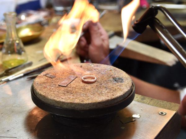 Goldschmiede-Werkzeug, Lötstein, Lötkolben bei Herstellung eines Rings